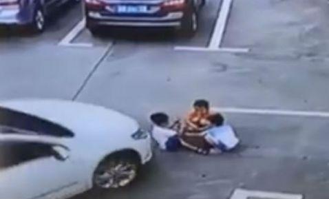 Mujer distraída con celular atropella a tres niños