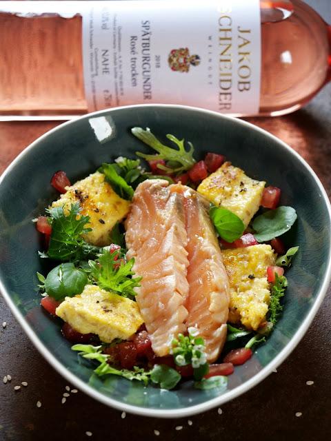 Lachs mit kross angebratener Sesam-Polenta auf Blattsalat vom Indischen Senf und Brunnenkresse mit Leindotteröl-Vinaigrette und Rosé Wein von der Nahe.