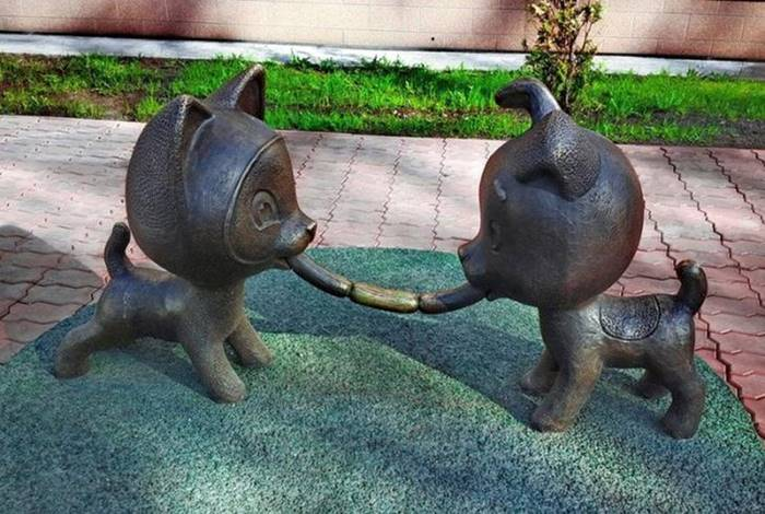 This remarkably good bronze monument of friendly eating of sausages can be seen near one of the meat stores of Novokuznetsk. The author of the work is the Krasnoyarsk sculptor Konstantin Zinich.