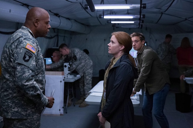 Amy Adams erklärt General Forest Whitaker die Welt. Renner hört zu.