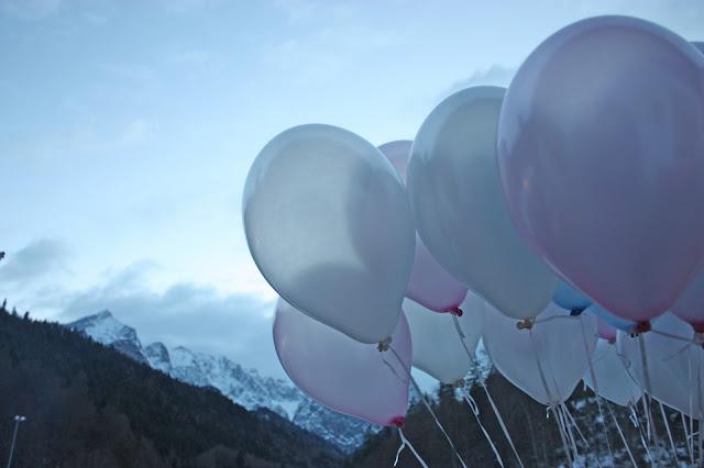 Ballons in Eisfarben, Eisblau und Leuchtrot, Winterhochzeit in den Bergen von Bayern, Riessersee Hochzeitshotel Garmisch-Partenkirchen, Winter wedding in Bavaria, Germany