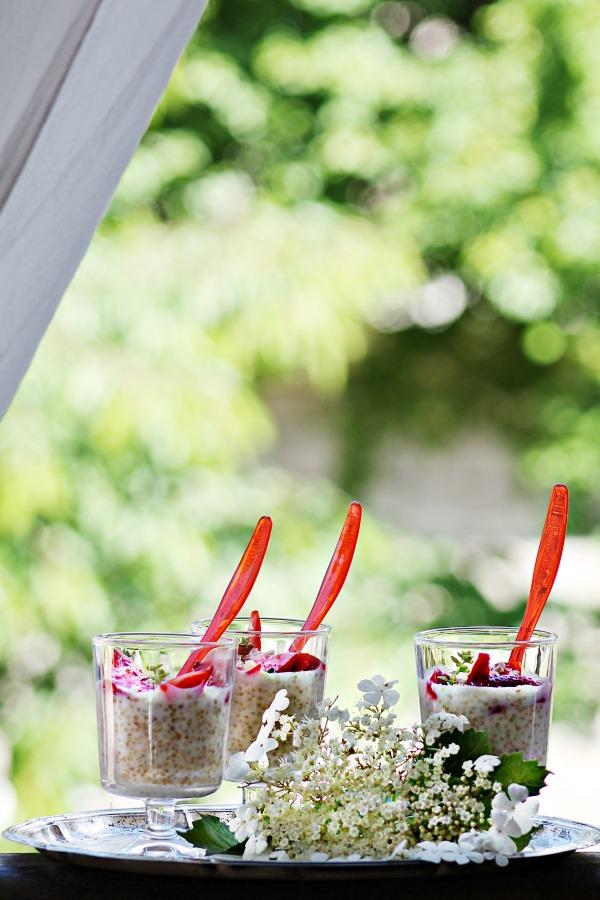 Пудинг с киноа ванилия и кокос поръсен с медни бадеми гарниран с ягоди