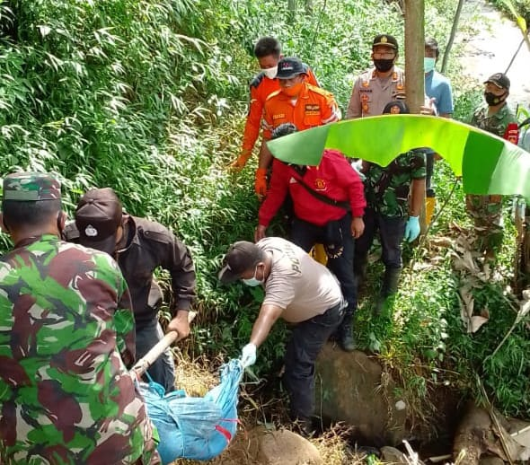 Mayat Wanita Mengambang di Sungai Gawak, Petugas Evakuasi