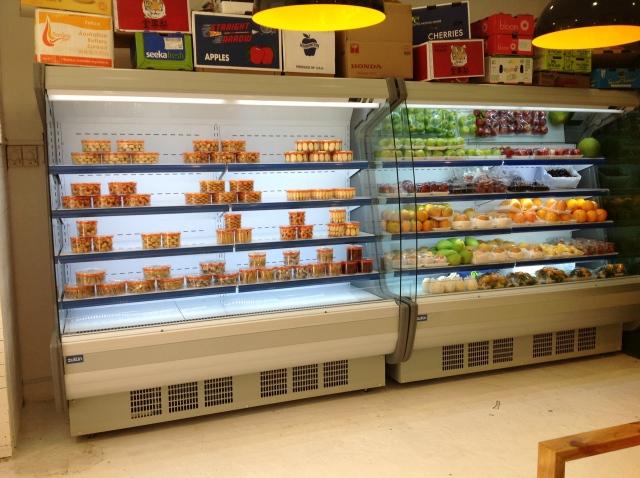 So sánh tủ mát trưng bày thực phẩm và tủ lạnh gia đình