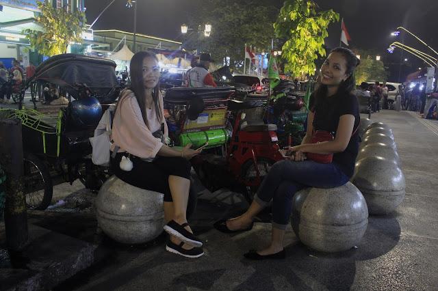 Bersantai Malam Hari di Trotoar Malioboro Yogyakarta