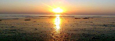 Playa limpia con puesta de sol