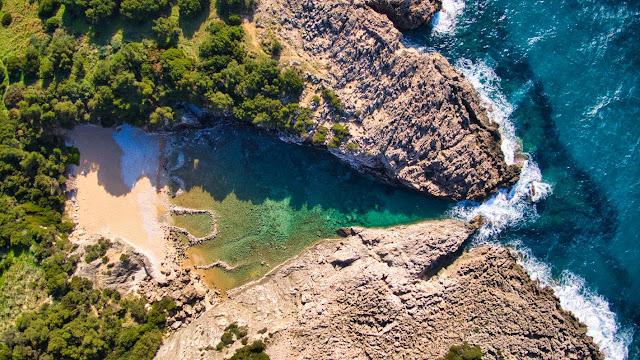 """""""Γλώσσα"""": Η ομορφότερη φυσική πισίνα (απανεμιά) της Μεσογείου (βίντεο drone)"""