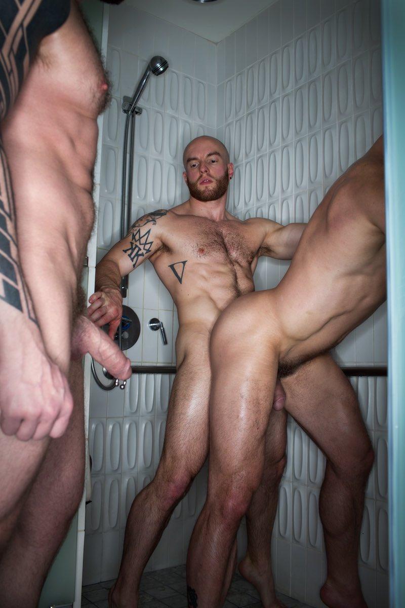 pillado follando en la ducha