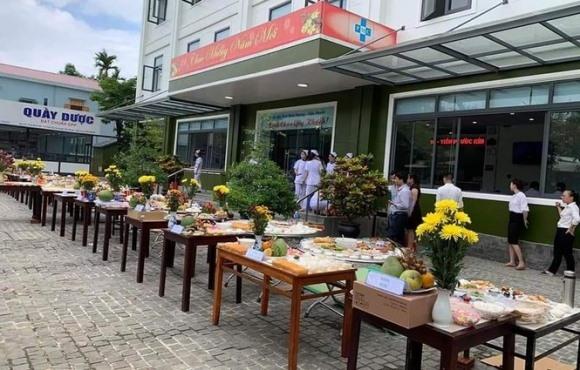Hình ảnh hàng chục mâm cỗ được bày trong khuôn viên phía trước một cơ sở y tế ở Quảng Nam và tổ chức cúng bái đang lan truyền, gây xôn xao mạng xã hội.