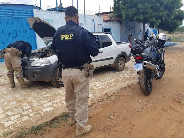 PRF apreende em Pau dos Ferros carro roubado na Bahia e prende mulher que estava com o veículo