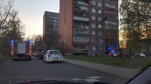 Glābēju autocisternas un kāpnes pie daudzstāvu dzīvojamās mājas