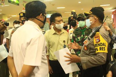 Polisi Kawal Penutupan Mall dan Pusat Pertokoan di Kota Mataram