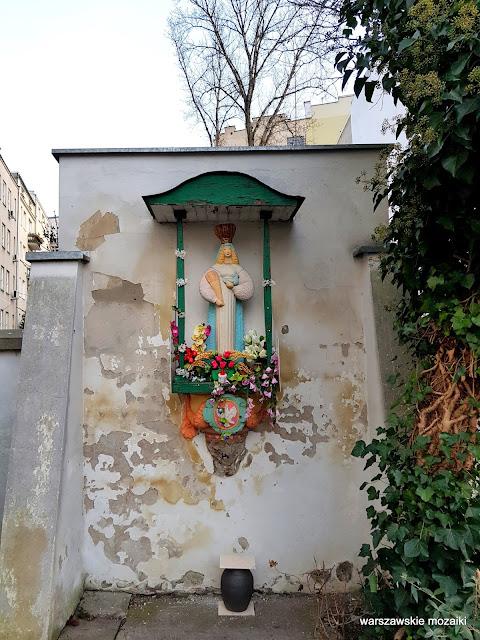 Warszawa Warsaw Władysław Ulanowski Powiśle Jezus Chrystys Matka Boska Maryja z kurą i kłosami warszawskie kapliczki rzeźba podwórko