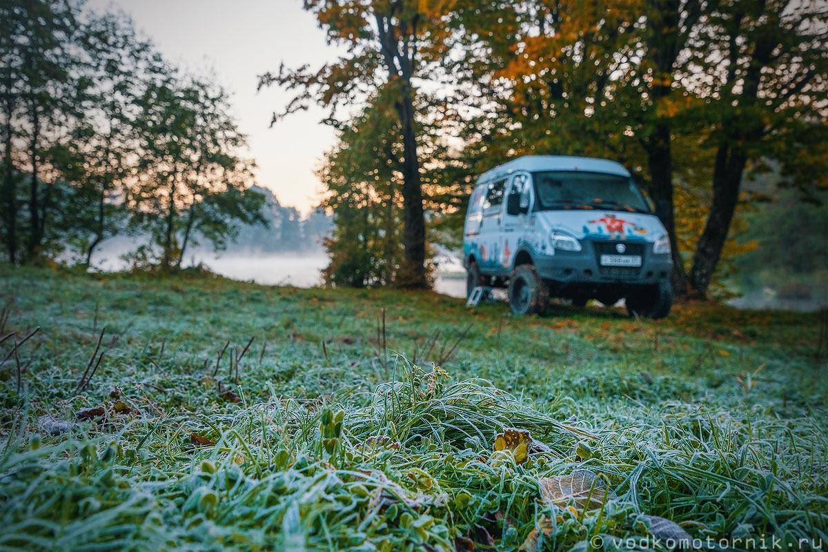 Изморозь на траве на фоне ГАЗ Соболь 4х4 самый западный