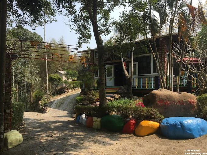 南投埔里-咿喲ㄟ故鄉,彩色雙層露台營位,夜晚還有氣氛燈圍繞