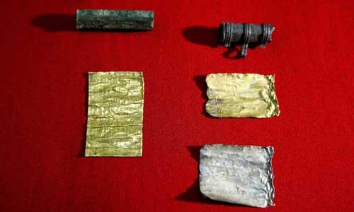 Câu thần chú triệu hồi quỷ dữ được khắc trên miếng vàng vừa được khai quật
