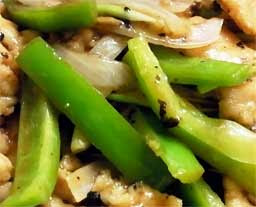 посыпаем черным молотым перцем , перемешиваем и выкладываем поверх риса