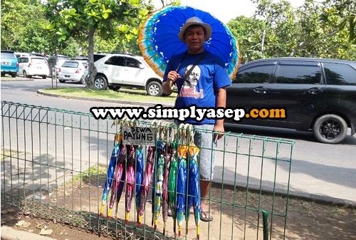 SEWA PAYUNG :  Cuaca panas di kawasan Candi Prambanan membuka peluang bisnis sewa payung. Tarifnya hanya 5000 rupiah bisa sewa payung seharian. Mau coba?  Foto Asep Haryono