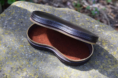 Portaocchiali in cuoio con zip ed interno foderato in feltro di lana, personalizzabile a richiesta