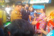 Jalankan Himbauan Gubernur DKI Jakarta, Lurah Pekojan Bagikan Masker Gratis Ke Warga