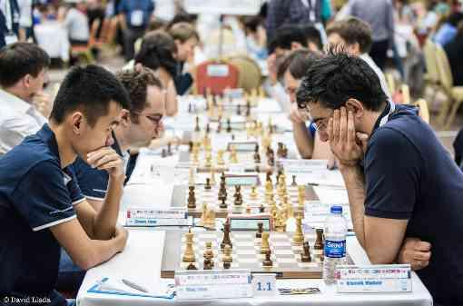 Le duel entre Ding Liren (2772 Elo - Alkaloid) et Vladimir Kramnik (2794 Elo - Globus) lors de la ronde 6 s'est soldé par le partage du point, tout comme le match entre les deux équipes - Photo © David Llada