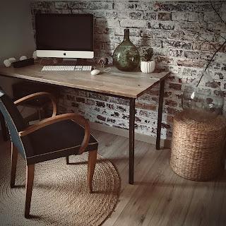 bureau industriel avec chaise ancienne et mur en brique