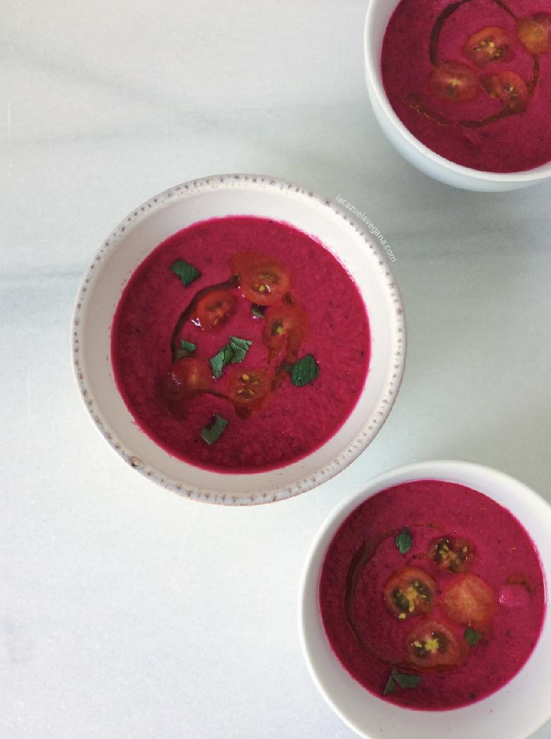 Gazpacho súper refrescante de remolacha, tomate, hierbabuena y albahaca