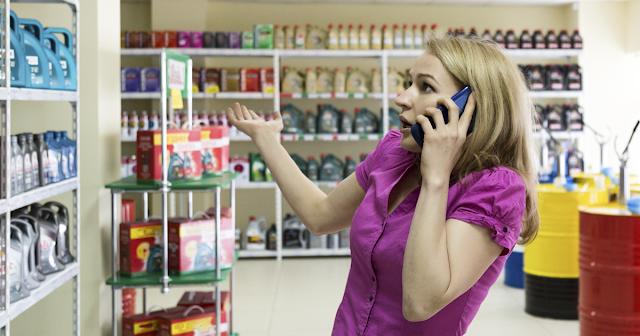 devushka-vybiraet-avtokosmetiku-i-govorit-po-telefonu