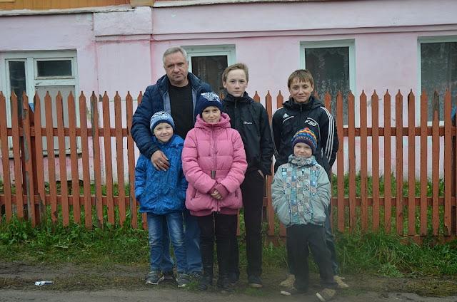 Семью, в которой отец-одиночка воспитывает пятерых детей, сняли из очереди на жилье. Чиновники решили, что водитель «скорой» прилично зарабатывает