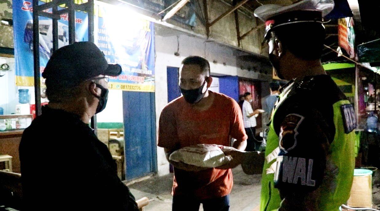 Bakti Sosial, Polres Kebumen Distribusikan 250 Kantong Beras untuk Warga Terdampak PPKM