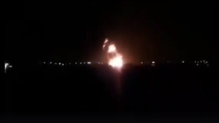 """طائرات """"الجيش الليبي"""" تدمر """"طائرة شحن تركية"""" في مهبط الكلية الجوية في مصراتة"""