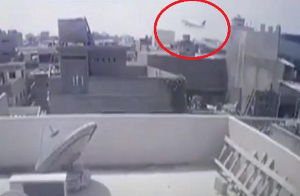 شاهد.. فيديو مروِّع يرصد لحظة سقوط طائرة الركاب الباكستانية