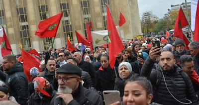 فرنسا... مغاربة ينددون بحادث حرق العلم المغربي في وقفة بباريس