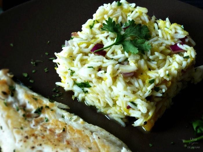 lubina con arroz basmati, mango, cebolla, cilantro, aceite de oliva