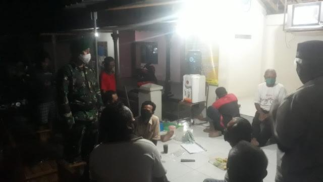 KodimKaranganyar - Ciptakan Wilayah Kondusif, Kopral Edi Laksanakan Patroli Malam
