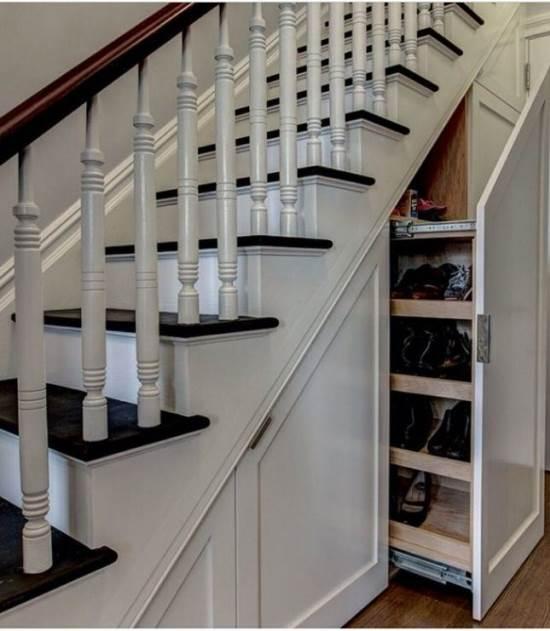 Penggunaan ruang bawah tangga untuk lemari sepatu