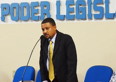 O vereador falando pelo microfone na camera de vereadores