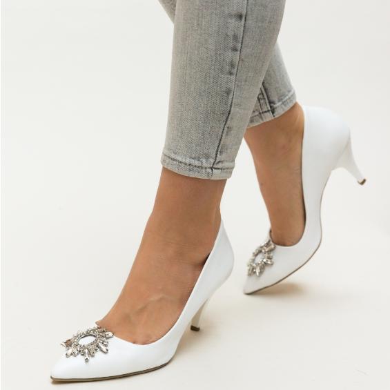 Pantofi de zi albi eleganti cu toc inalt si brosa eleganta argintie