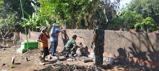 Anggota Koramil 0820/21 Maron Bersama Masyarakat Adakan Kerja Bakti Bangun Pagar Makam