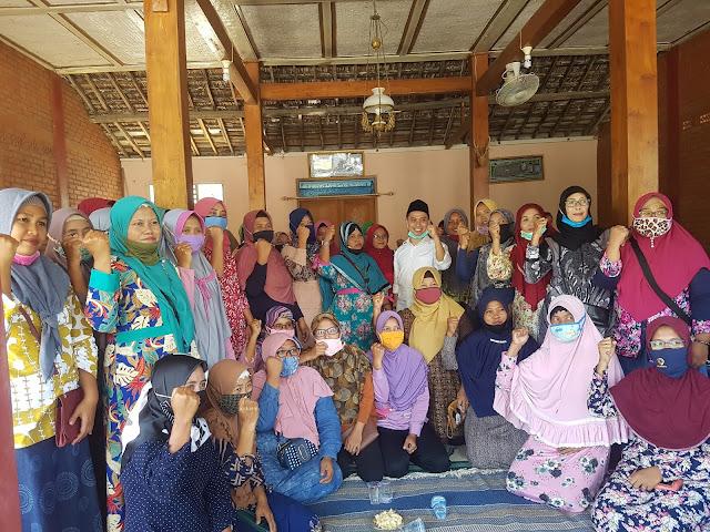 "Mojokerto - Pasangan calon bupati dan Wakil Bupati Mojokerto Ikfina- Barra (IKBAR) menggelar Pengukuhan relawan bela kyai-santri (BEKISAR) Kecamatan Dawarblandong dan bakti sosial di desa - desa yang ada di Dawarblandong, Senin (13/7/2020).  Calon Wakil Bupati Mojokerto, H.Muhammad Al Barra, Lc. M.Hum atau yang akrab disapa Gus Barra yang merupakan anak pertama dari KH.Asep Pengasuh Ponpes Amanatul Ummah mengatakan Insha Allah IKBAR bakal mengunjungi semua desa yang ada di Kabupaten Mojokerto.  ""Hal itu kami jadikan modal kita untuk berbuat banyak kedepannya, jika Allah meridhoi kami menjadi pemimpin di Kabupaten Mojokerto. Kulo nyuwun doanya semoga allah meridhoi kami menjadi Bupati dan Wakil Bupati pada saat pemilihan tanggal 9 Desember 2020. Karena kita tidak pernah tau dari lisan siapa Allah mengabulkan doa kami tersebut,"" harap Gus Barra. (Jayak)"