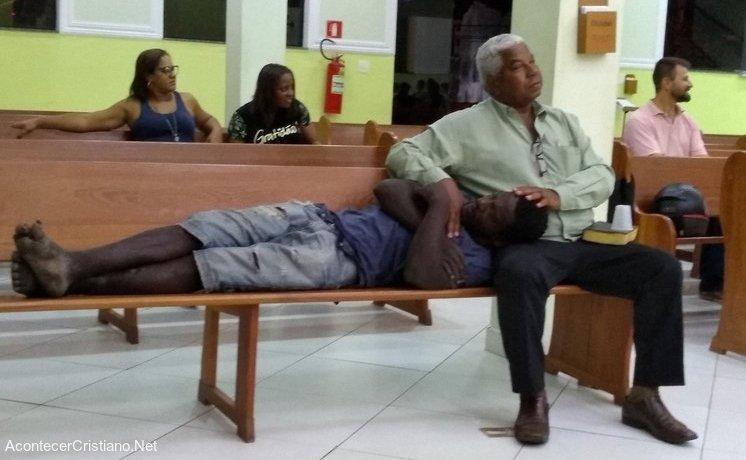 Indigente es recibido en iglesia
