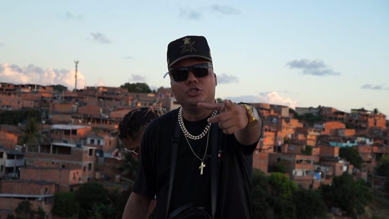 Neto Kbção retrata a dualidade de uma favela que protesta e que dança em novo clipe