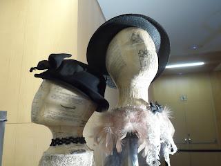 Sombreros de época femeninos del desembalaje de Burgos