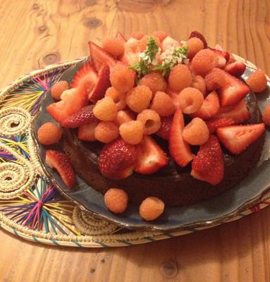 Brownie de chocolate sin gluten ni lácteos con frutillas y frambuesas