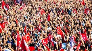 """Decenas de miles de turcos llenaron hasta rebosar este domingo la simbólica plaza de Taksim en una protesta convocada por la principal formación opositora, el Partido Republicano del Pueblo (CHP, socialdemócrata), """"contra los golpes y la dictadura, a favor de la democracia y las libertades"""". Era la primera manifestación de la oposición autorizada en este lugar desde la revuelta de Gezi, en junio de 2013, y, al contrario que en anteriores convocatorias (Orgullo LGTBI, 1 de Mayo…), ni siquiera se desplegaron policías antidisturbios."""