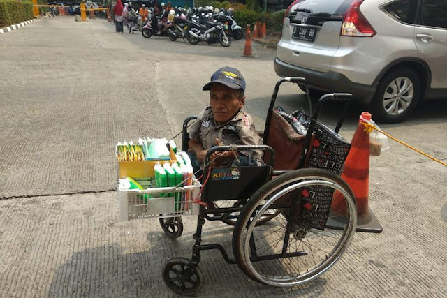 Cerita Budi, Berkeliling Menjual Tisu dengan Kursi Rodanya...