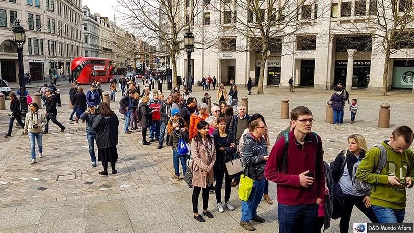 Fila para entrar na Catedral de St. Paul, em Londres sem o London Pass