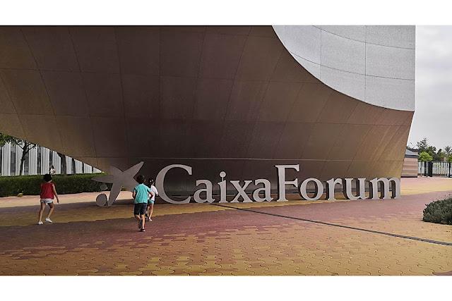 Entrada al CaixaForum de Sevilla.