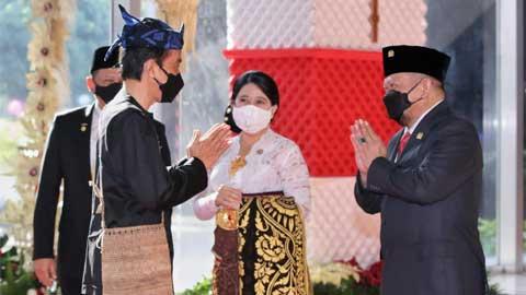 Ketua DPD RI bersama Ketua MPR RI dan Ketua DPR RI menyambut kedatangan Presiden Jokowi