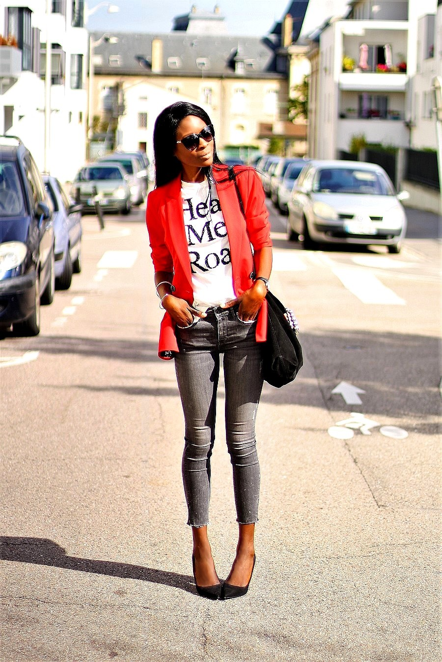 blazer-rouge-t-shirt-jeans-escarpins-working-girl
